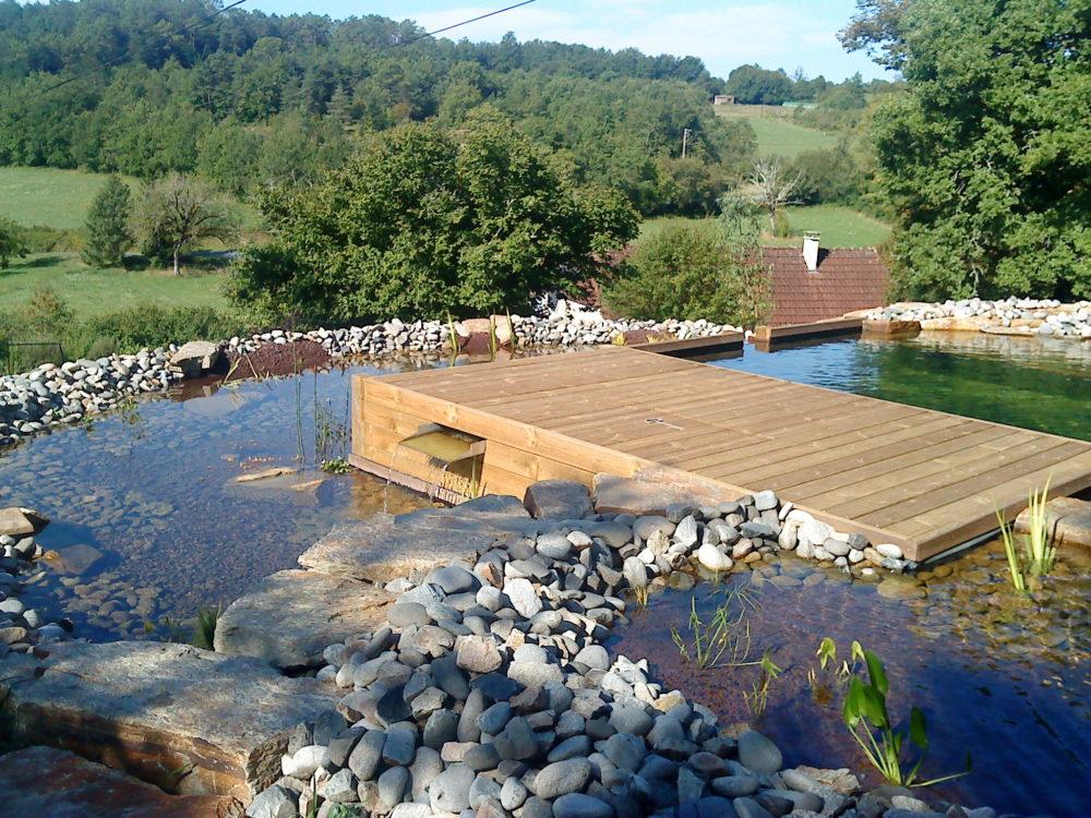 Terrasse bois surpomblant une piscine biologique - Bassin de baignade et terrasse en bois