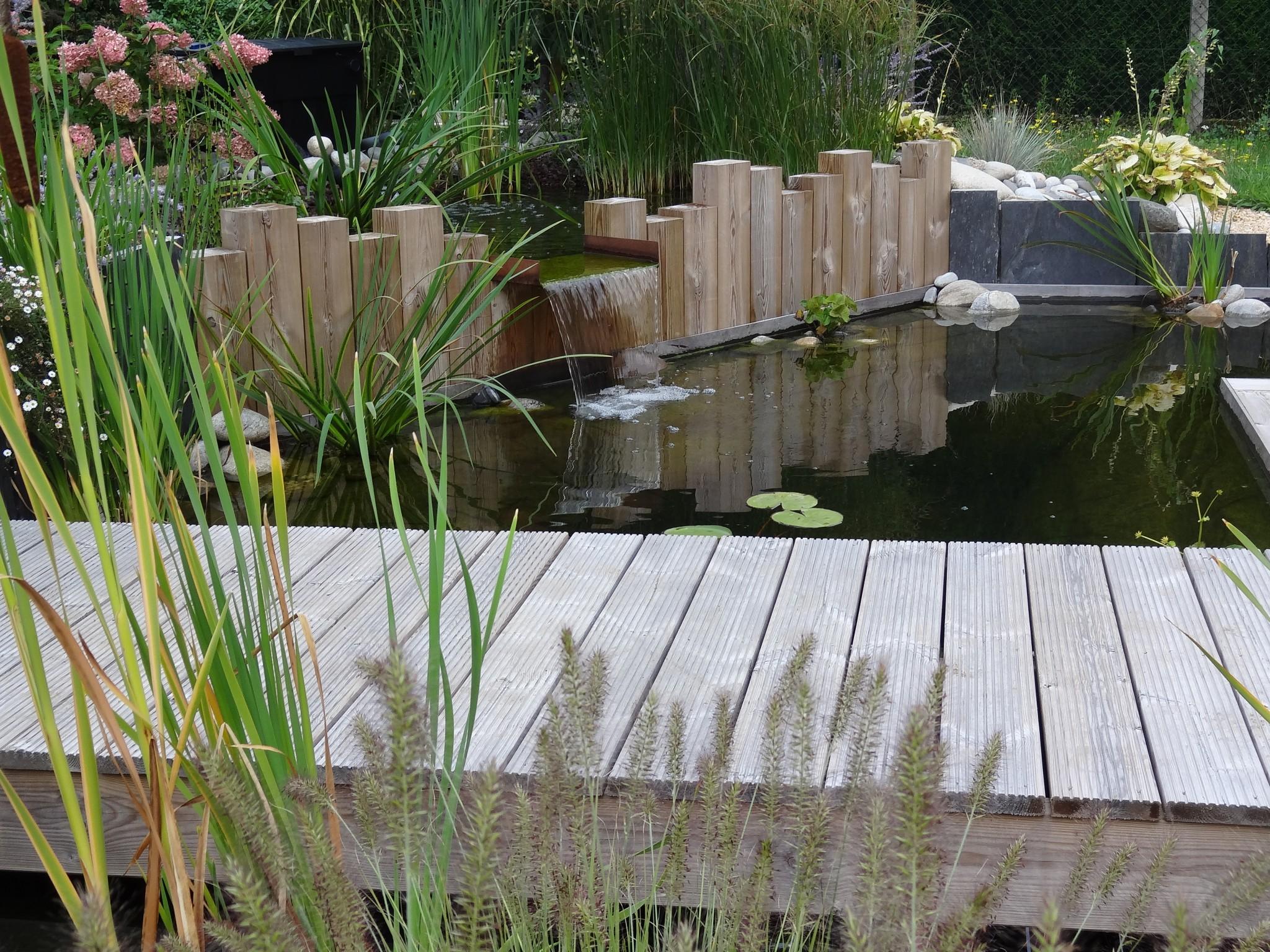 Bassin naturel en traverses de bois - Pont ardoise et bois