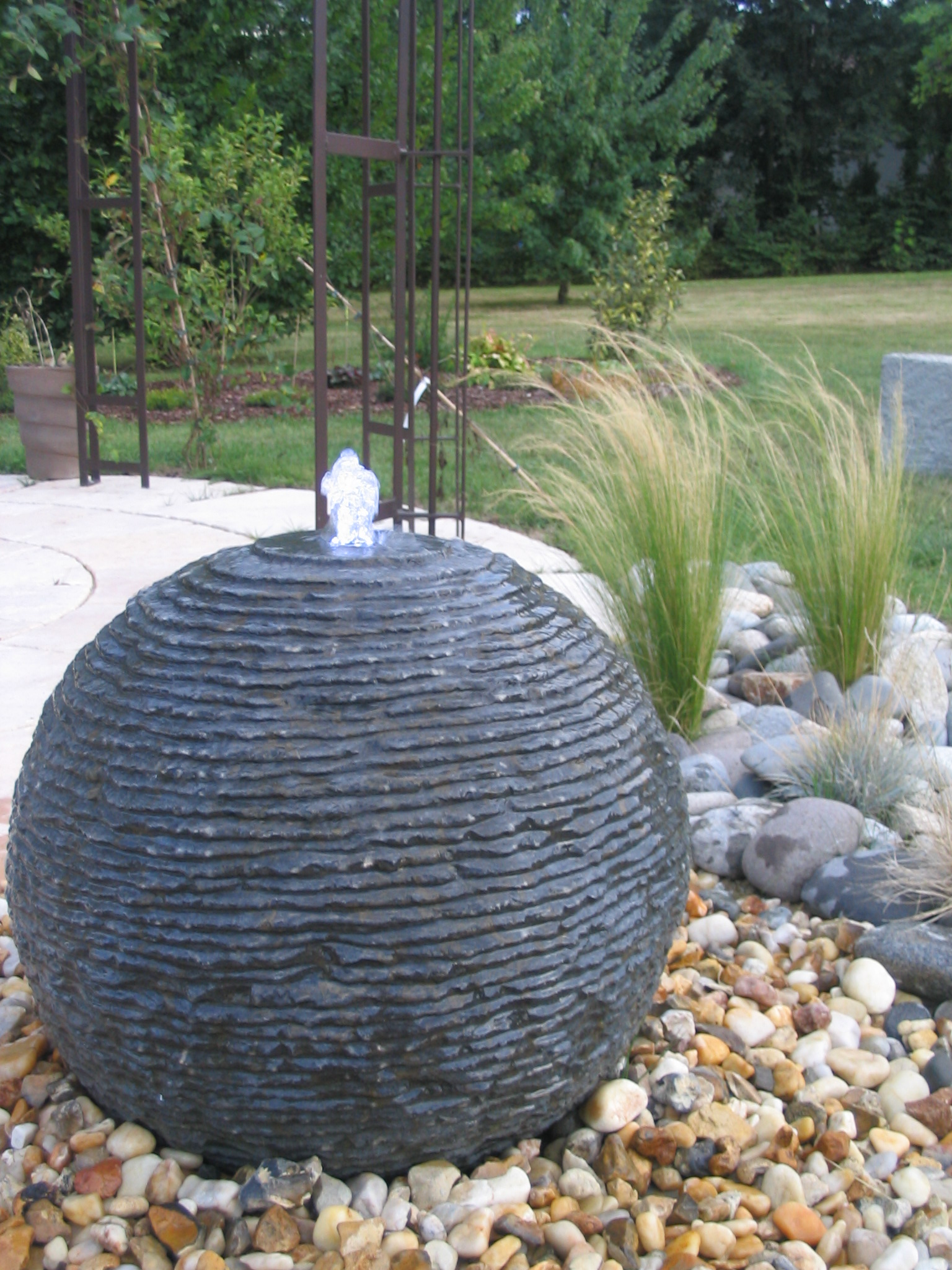 Fontaine boule en pierre