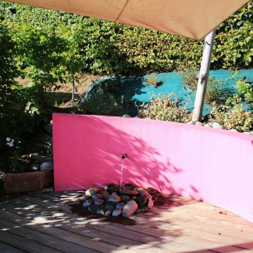 Muret avec enduit décoratif le long d'une terrasse