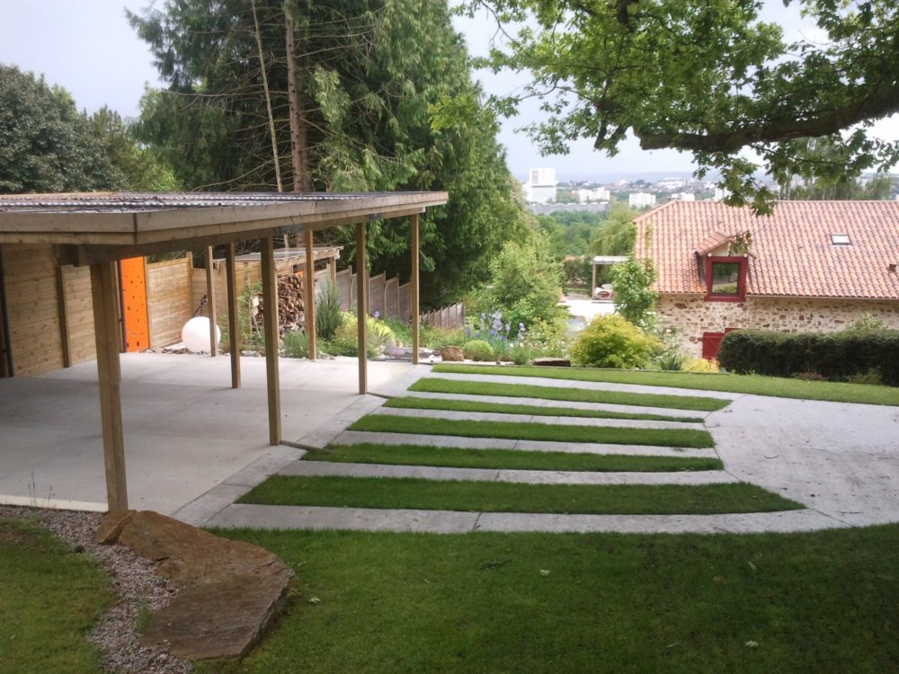 Aménagement d'un jardin champêtre - Carport et allée engazonnée