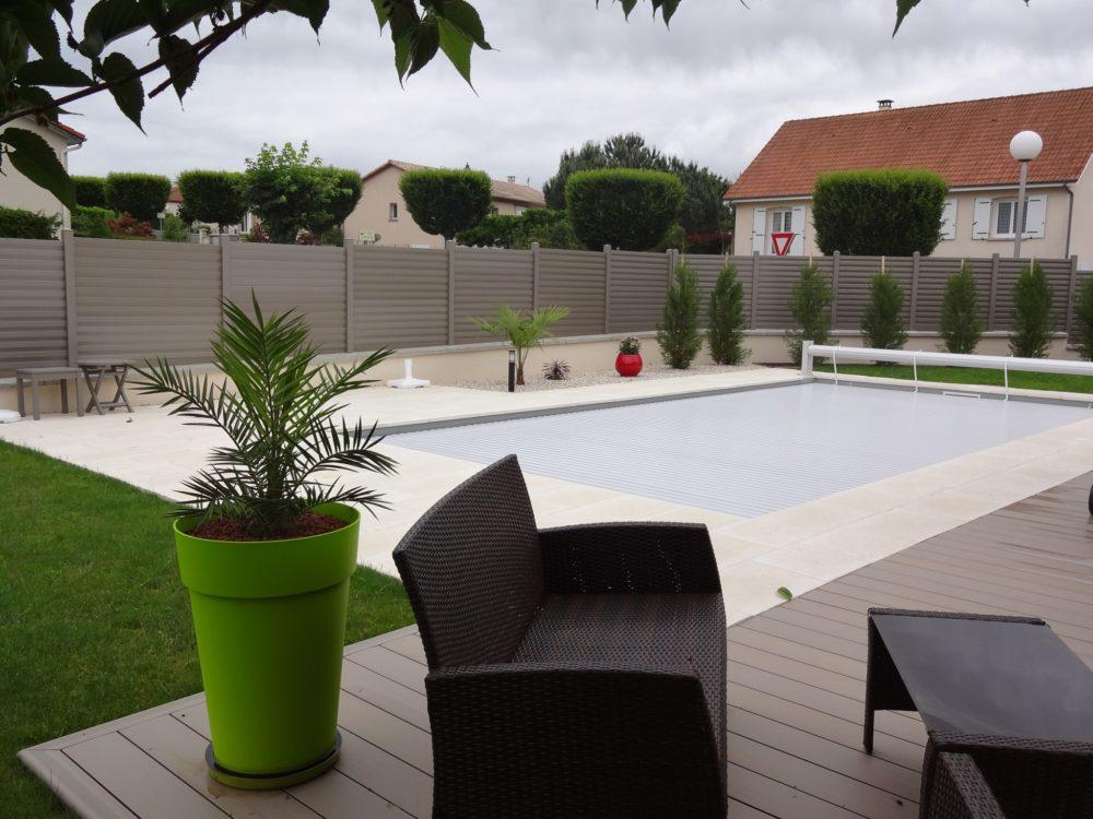 Relooking et embellissement d'un jardin - Une piscine mise en valeur et intimisée
