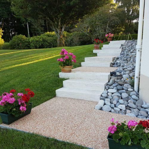 Escalier en pierre naturelle travertin et palier en résine