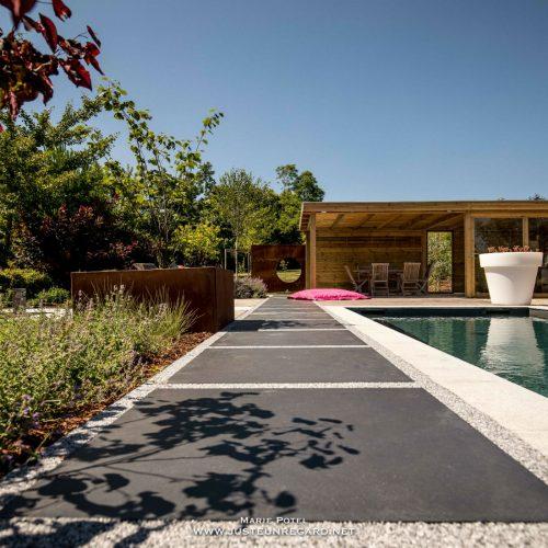 Tour de piscine en résine et dalle béton